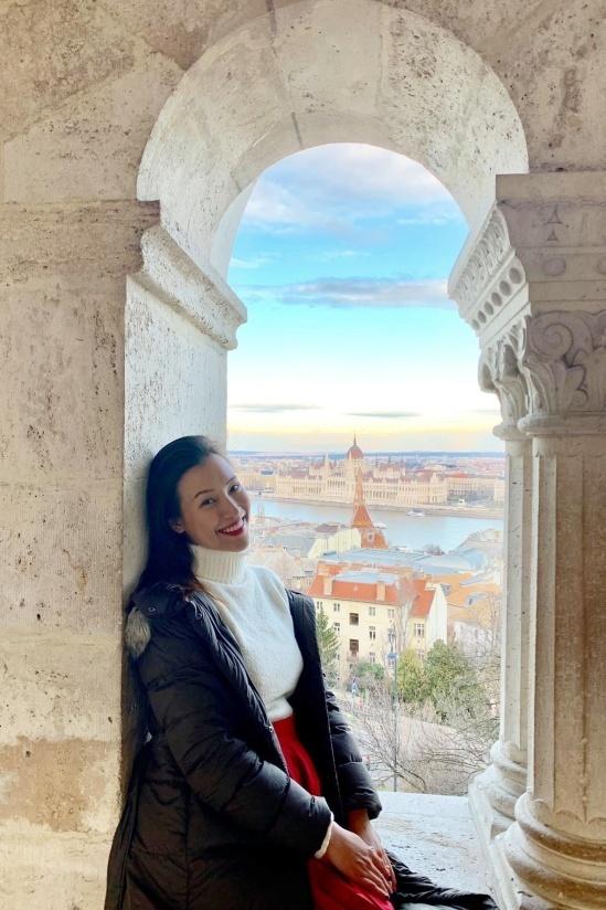 Khi đi hưởng tuần trăng mật và đón năm mới 2020 cùng chồng ở châu Âu, á hậu chọn những kiểu áo len, áo khoác dày giấu dáng.Một tháng sau khi cưới, Hoàng Oanh thông báo đang có thai.