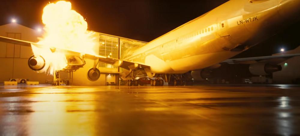 Cảnh nổ máy bay trong Tenet. Ảnh: Warner Bros.