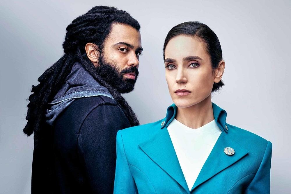 Daveed Diggs (trái) và Jennifer Connelly (vai một hành khách ở toa hạng nhất). Ảnh: Netflix.