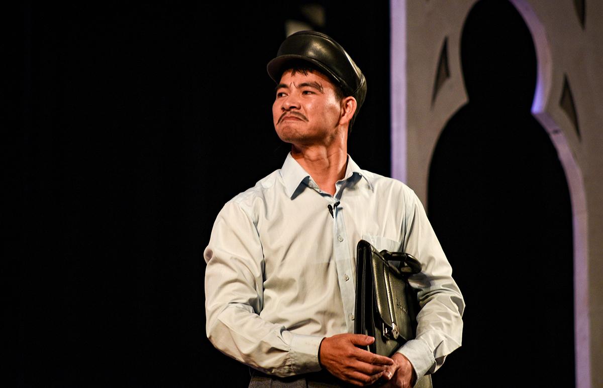 Xuân Bắc trong vai Văn Sửu trong vở kịch Bệnh sĩ diễn tại Nhà hát Lớn tối 23/5. Ảnh: Thanh Huế.