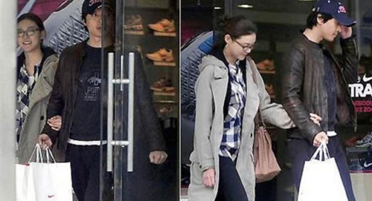 [Lee Dong Gun và Cha Ye Ryun đi mua sắm hồi tháng 3/2009. Ảnh:Sports Seoul.