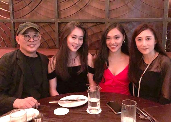 Liên Kiệt đăng ảnh bên Lợi Trí (phải) và các con. Lợi Trí năm nay 59 tuổi. Ảnh: Jet Li.