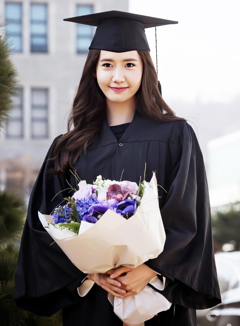 Người đẹp chụp hình lưu niệm ngày tốt nghiệp Đại học