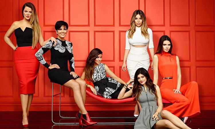 Kylie Jenner (áo xám) được biệt đến nhờ chương trình truyền hình thực tế Keeping Up With The Kardashians thực hiện cùng gia đình từ năm 2007. Ảnh: Eonline.