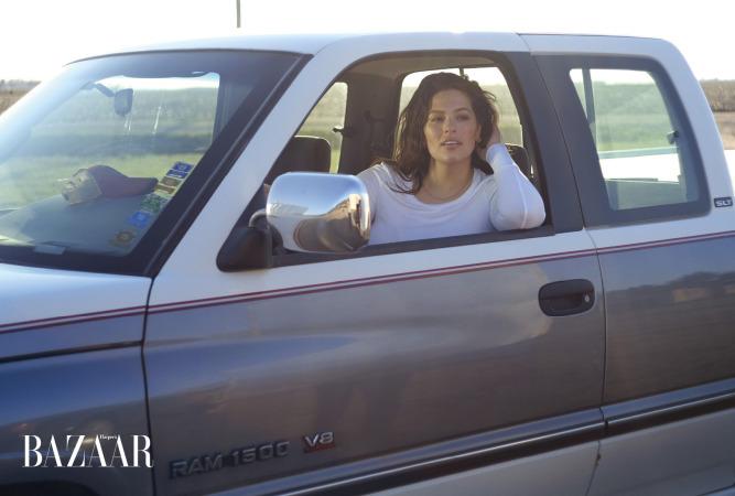 Ashley chụp ảnh trong xe tải của ông nội cô đã qua đời sáu năm trước.