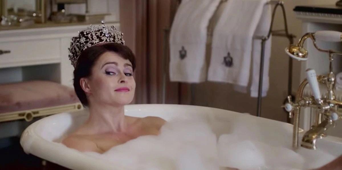 Nữ diễn viên Helena Bonham Carter đóng lại khoảnh khắc công chúa đội vương miện trong bồn tắm. Ảnh: Netflix.