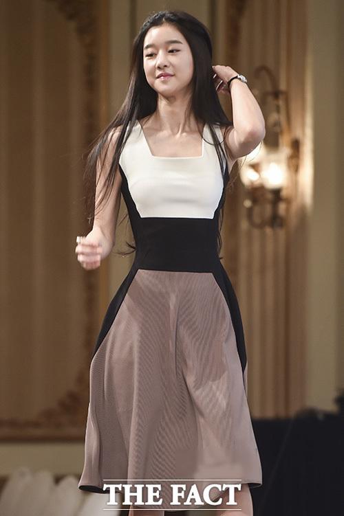 Khi dự sự kiện, cô thường chọn các mẫu váy thanh lịch, ôm dáng.
