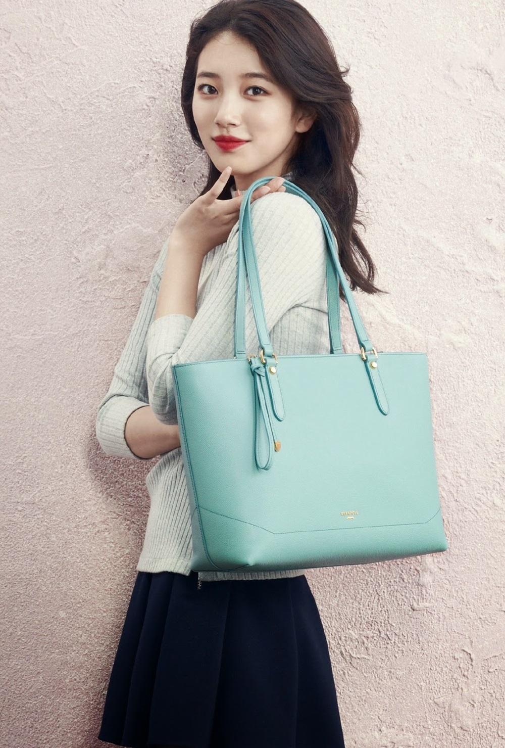 Suzy bổ sung BST túi màu sắc với. Cộng đồng fan Suzy từng săn lùng  thiết kế gam xanh ngọc giống thần tượng. Mẫu túi của Bean Pole ghi điểm với