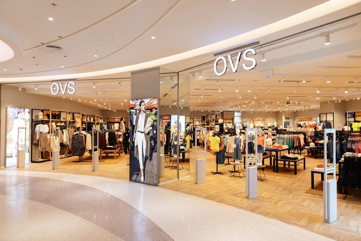 Toạ lạc tại trung tâm thương mại lớn ở quận 7, cửa hàng OVS rộng 410 m2 mang đến trải nghiệm mua sắm hoàn toàn mới, Đây là cửa hàng thứ 6 của OVS tại Việt Nam và được xây dựng với concept hướng đến không gian mua sắm hiện đại, ấm áp cùng tônggỗ chủ đạo.