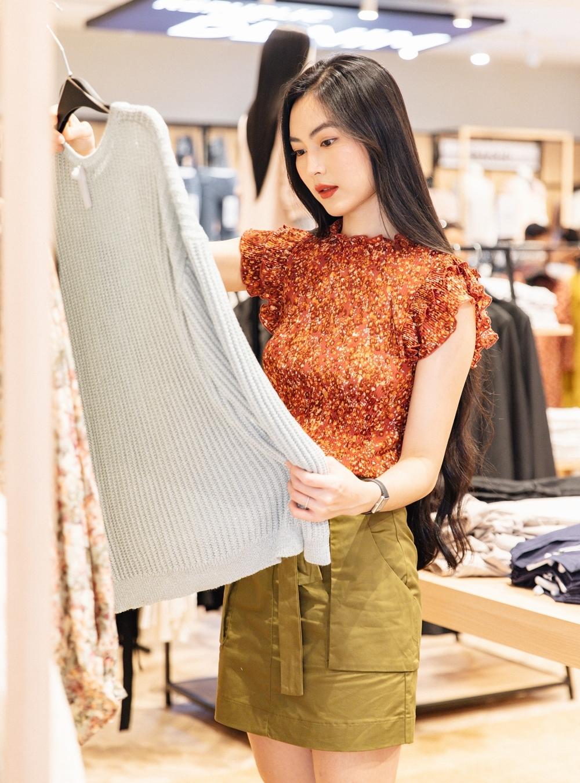 Tôi quan tâm những trang phụcít gây hại đến môi trường. Do đó tôi rất thích OVS, cô nói. Sau buổi mua sắm, cô khoe chọn được nhiều thiết kế có kiểu dáng đơn giản nhưng tinh tế.