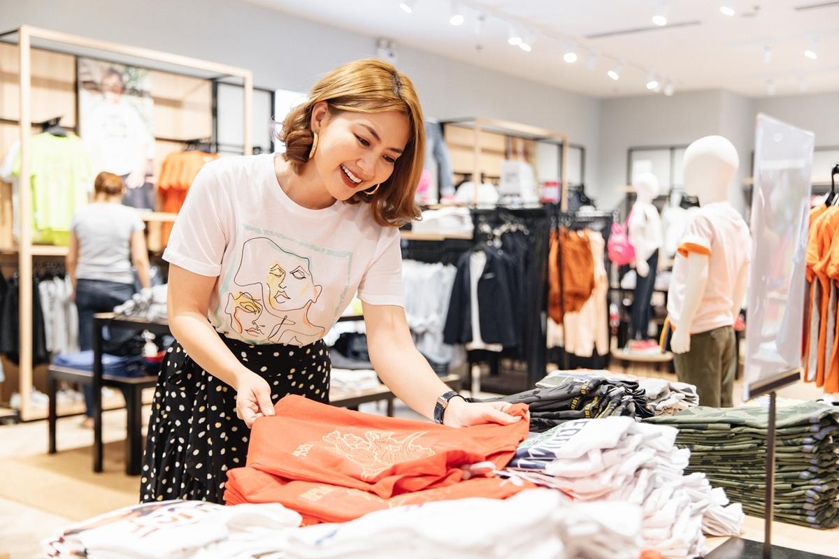Cuối tuầnqua, OVS -thương hiệu thời trang bán lẻ lớnItaly - khai trương cửa hàng thứ 6 tạiCrescent Mall (quận 7, TP HCM). Dù bận quay phim, Ngọc Lan vẫn tranh thủ ghé cửa hàng sắm đồ cho con trai Louis.