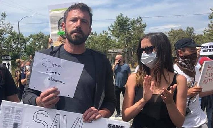 Ben Affleck và bạn gái Ana de Armas tham gia biểu tình. Ảnh: Twitter.