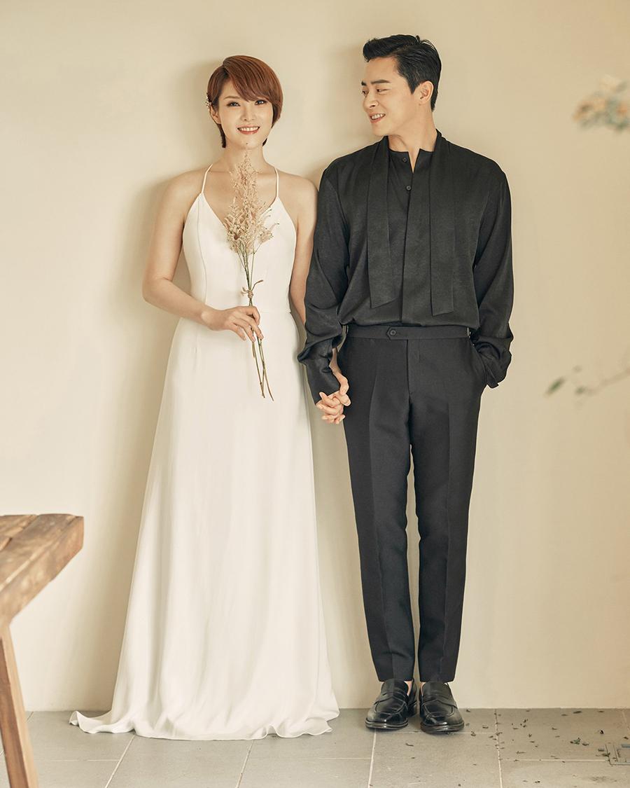 Ảnh cưới của Jo Jung Suk và bà xã Gummy. Tài tử cho biết từ khi hẹn hò, cả hai đã quyết định sẽ tổ chức hôn lễ đơn giản bên cha mẹ hai bên. Ảnh: Naver.