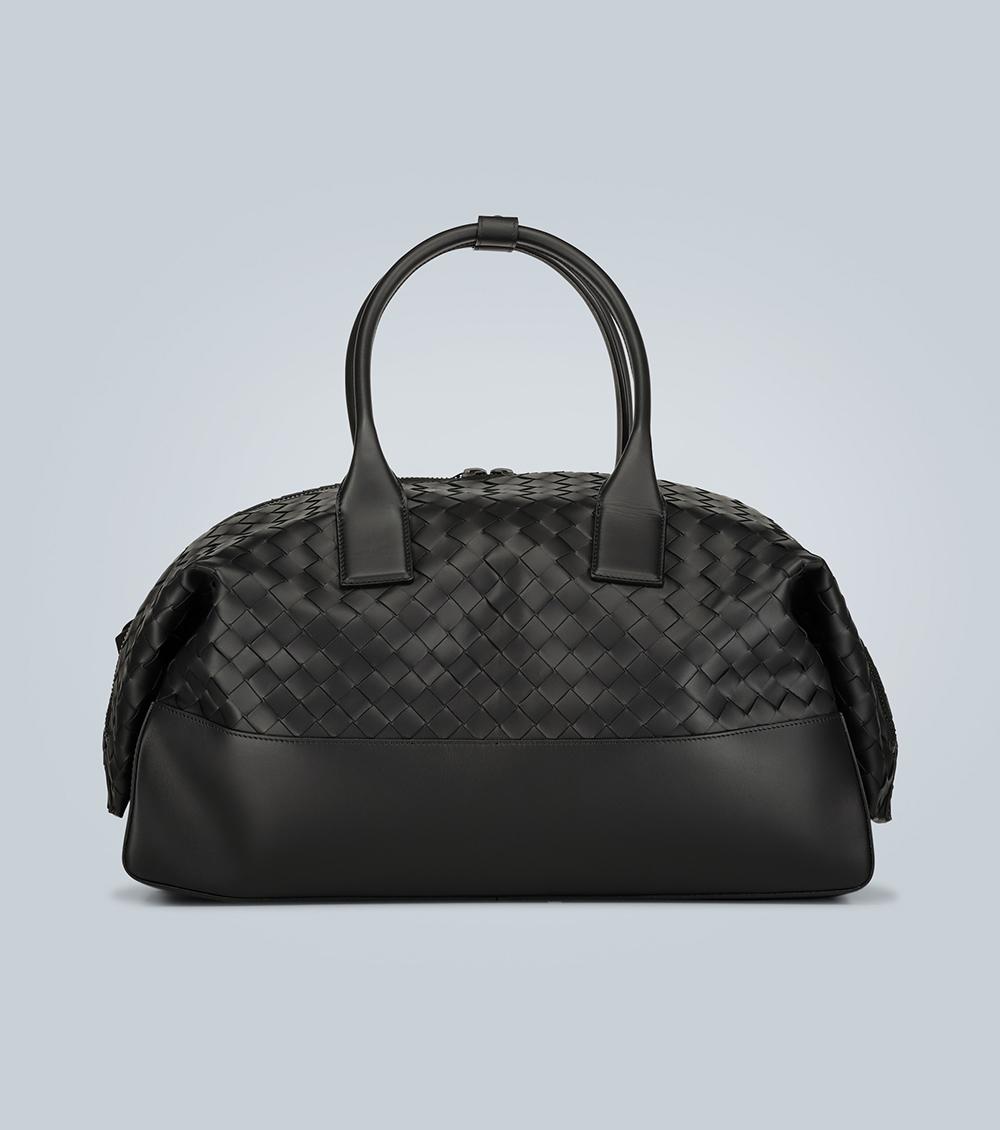 Bottega Veneta tạo dấu ấn với kiểu đan da từ BST giày, dép đến túi xách. Thiết kế gợi liên tưởng đến túi bánh sừng bò cầm tay, nhưng cách điệu bằng cách may gấp hai đầu tại phần khóa kéo. Sản phẩm chế tác tại Italy, giá 2.515 EUR.