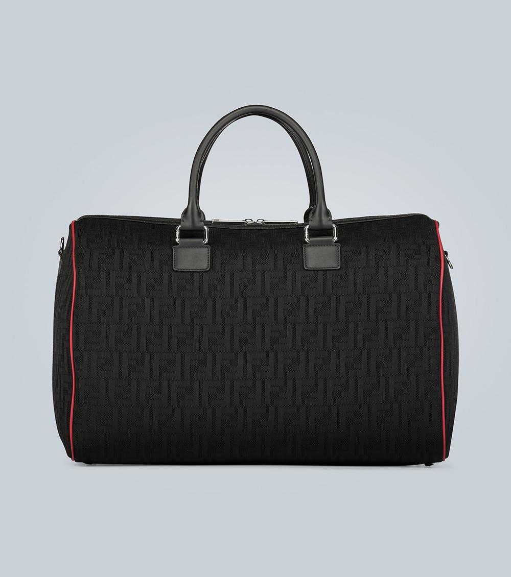 Fendi chào hè với mẫu túi du lịch đen, in họa tiết 3D FF, may thêm viền da màu đỏ nổi bật. Sản phẩm có dây đeo vai linh hoạt, sử dụng chất liệu vải fabric dệt từ Italy. Giá từ nhà sản xuất 1.665 USD.