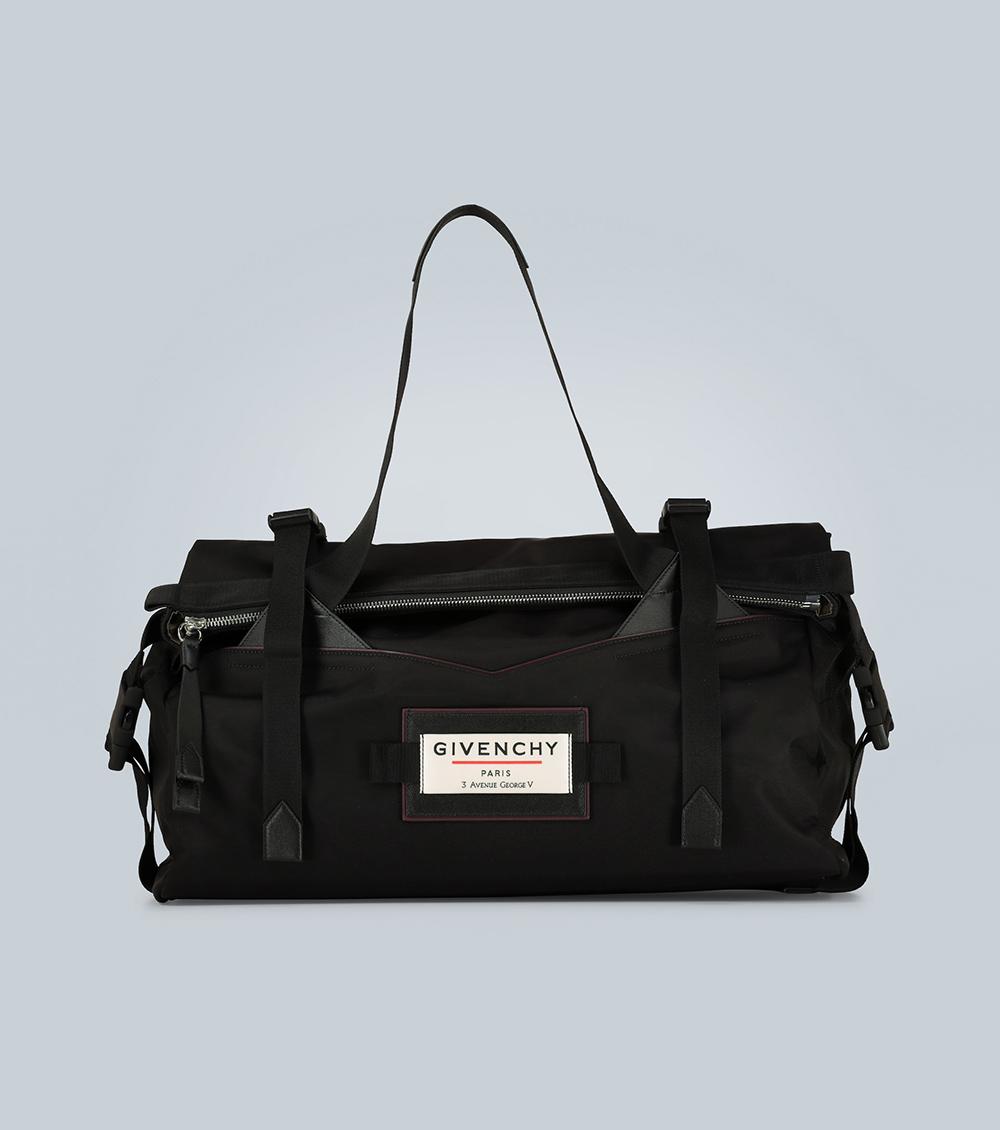 Thiết kế của Givenchy phù hợp với những anh chàng yêu thích phong cách utilitarian (thời trang tiện ích). Phụ kiện tạo điểm nhấn trên nền da bò màu đen với logo tại thân túi, giá 1.255 EUR.
