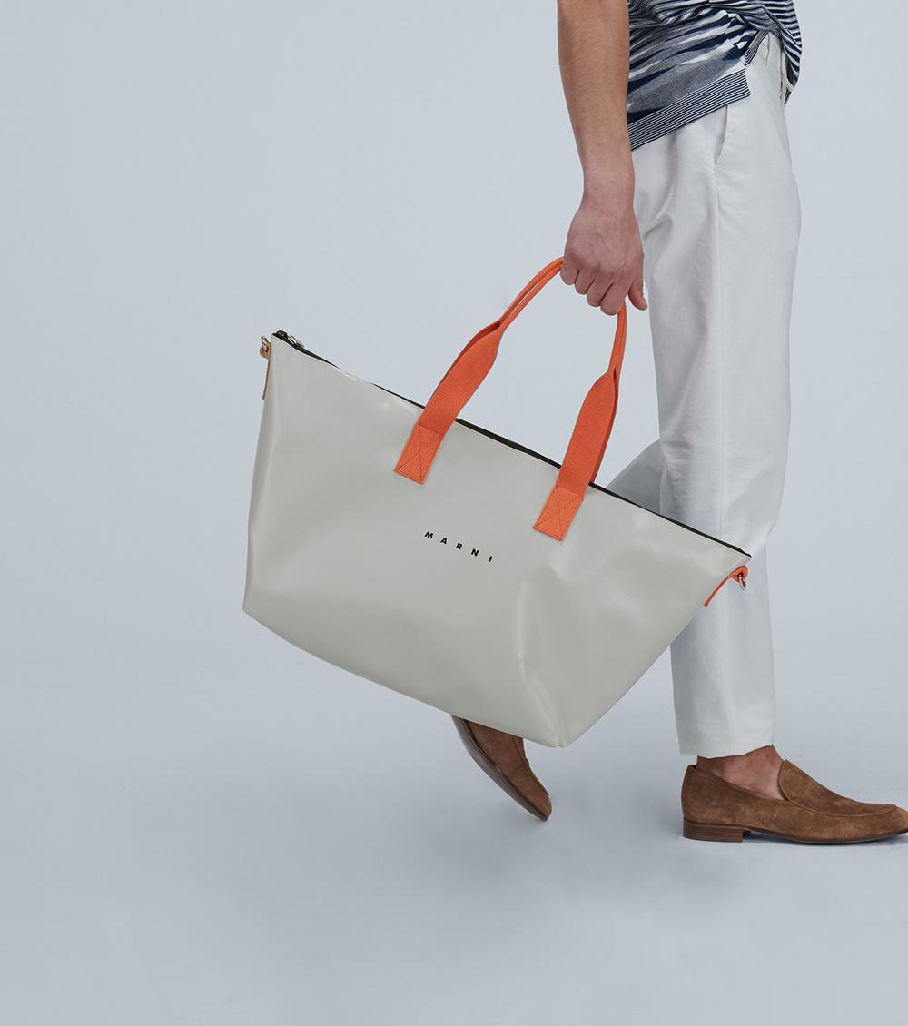 Marni ra mắt túi du lịch đa năng, có thể dùng cả hai mặt. Thiết kế có dây đeo vai dễ điều chỉnh, sử dụng chất liệu vải da nhân tạo có khả năng chống thấm nước. Giá từ nhà sản xuất 439 EUR.