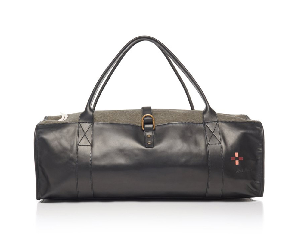 Thương hiệu Maison Margiela thể hiện tay nghề thủ công với mẫu túi da cao cấp, giá 1.479 USD. Phụ kiện nhỏ gọn so với túi du lịch thông thường, nhưng có thể mở rộng diện tích ở phần miệng túi, tạo chỗ trống để vừa với lượng đồ dùng trong hai ngày nghỉ cuối tuần.