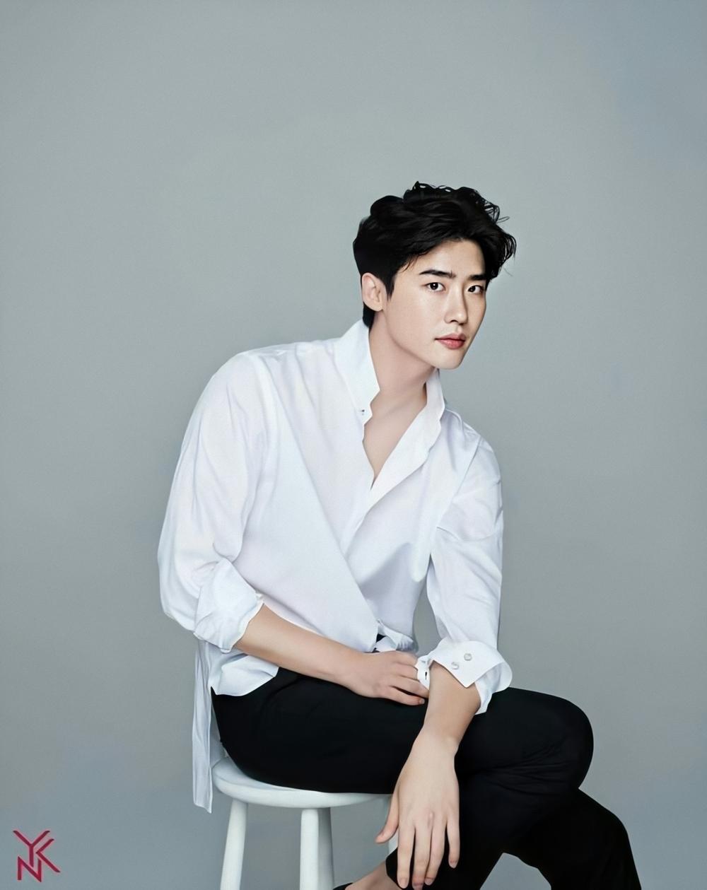Lee Jong Suk sinh năm 1989, khởi nghiệp là người mẫu, về sau vang danh châu Á với loạt phim Đôi tai ngoại cảm, Thuật xem tướng, Cô bé người gỗ, Hai thế giới...