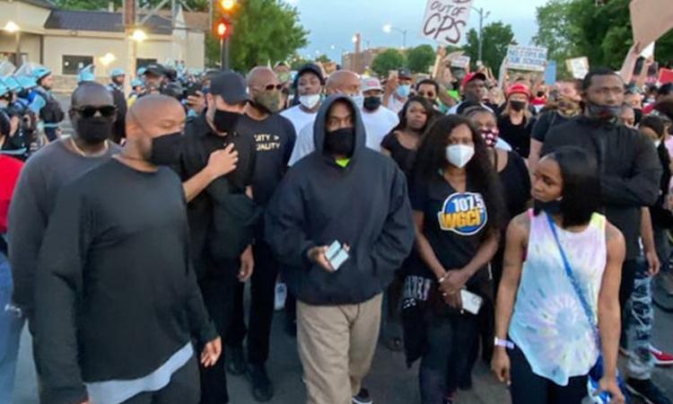 Kanye West (mặc áo hoodie) đi biểu tình tại Chicago hôm 4/6. Ảnh: TMZ.
