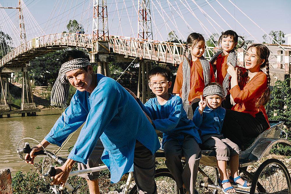 Vợ chồng Lý Hải và bốn con trong chuyến thăm miền Tây đầu năm. Ảnh: Lê Tuấn.