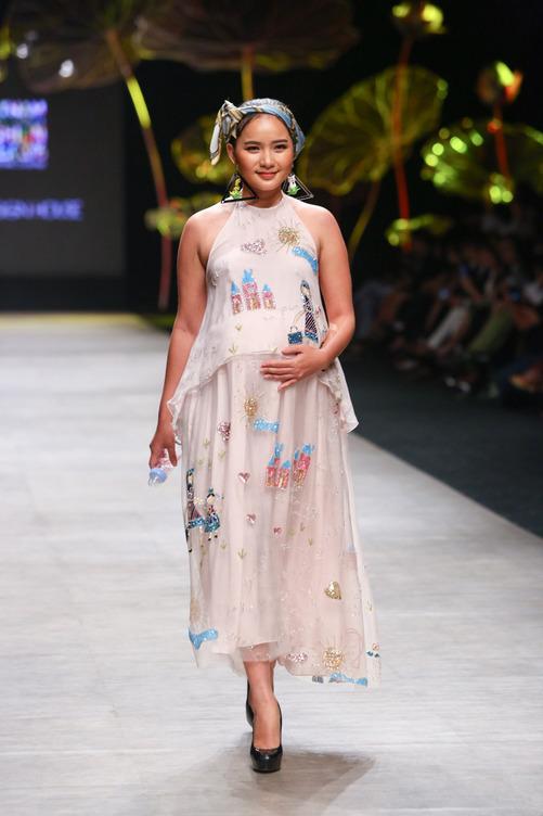 Cô thể hiện niềm hạnh phúc khi catwalk trong bộ váy bầu họa tiết trẻ con của nhà thiết kế Thủy Nguyễn. Như Thảo cho biết cô từng nặng 80 kg, tăng khoảng 30 kg so với lúc còn độc thân.