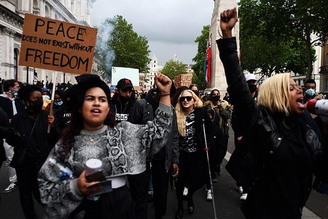 Madonna (chống nạng) tham gia biểu tình. Ảnh: Twitter.