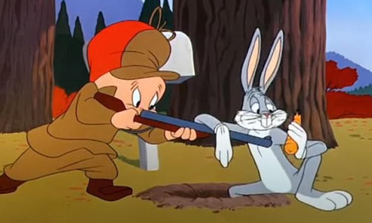 Nhân vật Elmer Fudd (trái) nổi tiếng với cây súng săn trong Looney Tunes. Ảnh: Warner Bros.