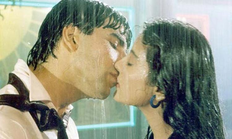 Tài tử Akshay Kumar đóng cảnh hôn minh tinh Kajol trong Yeh Dillagi. Ảnh: Yash Raj Films.