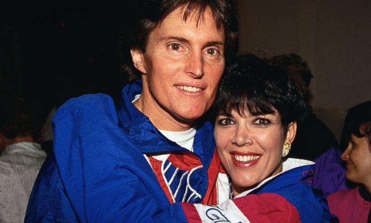 Caitlyn Jenner (trái) trước khi chuyển giới, chụp ảnh cùng vợ thứ ba Kris Jenner. Ảnh: ABC.