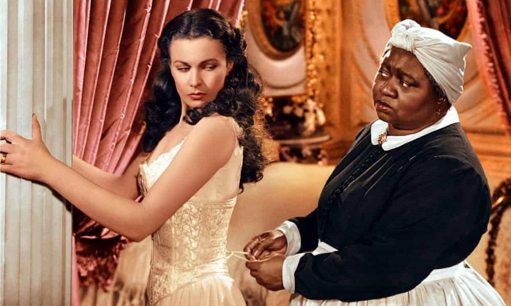 Vivien Leigh (trái) và Hattie McDaniel trong phim. McDaniel đoạt Oscar nhưng ở lễ trao giải không được phép ngồi cùng các bạn diễn da trắng do sự phân biệt chủng tộc. Sau chương trình, bà cũng bị cấm cửa ở một câu lạc bộ chỉ dành cho người da trắng, nơi ê-kíp phim đến chơi. Ảnh: Rex Feature.
