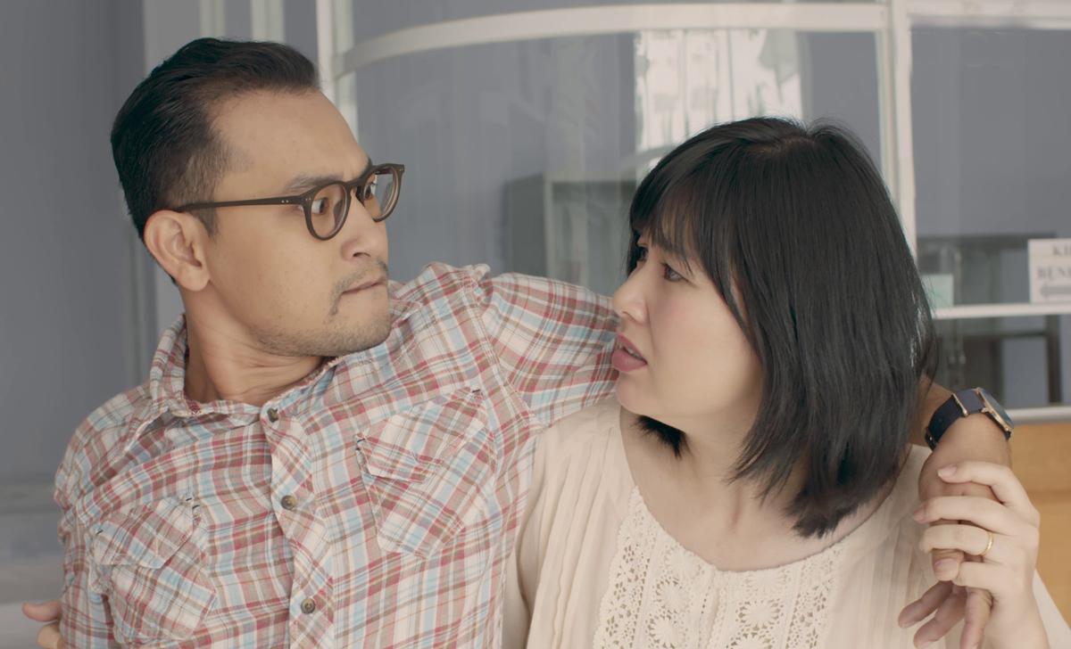 Lê Khánh (phải) và Huỳnh Đông (trái) trong phim Gạo nếp gạo tẻ 2. Ảnh: VieTV.