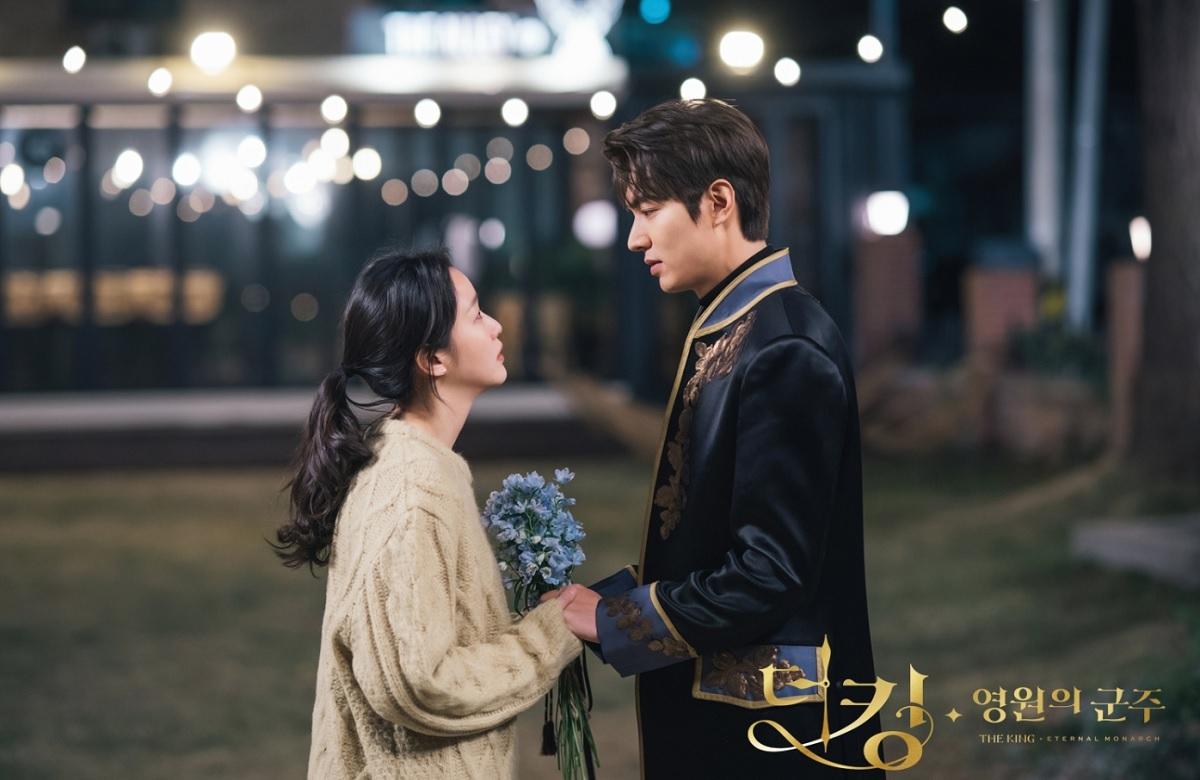 Tae Eul (trái) và Lee Gon trong Quân vương bất diệt. Ảnh: SBS.