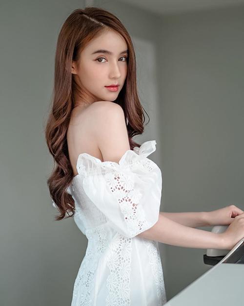 Trên trang cá nhân, người đẹp 23 tuổi nhận nhiều lời khen phong cách vừa tươi trẻ vừa quyến rũ.