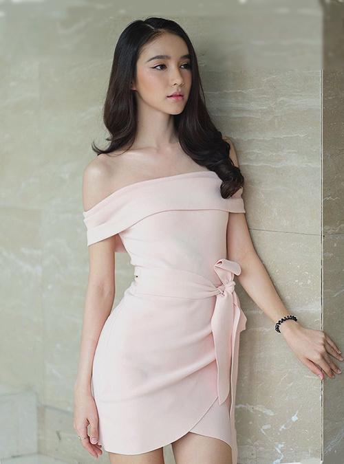 Từ đầu năm đến nay, người đẹp 23 tuổi thường xuất hiện với trang phục khoe vai trần.