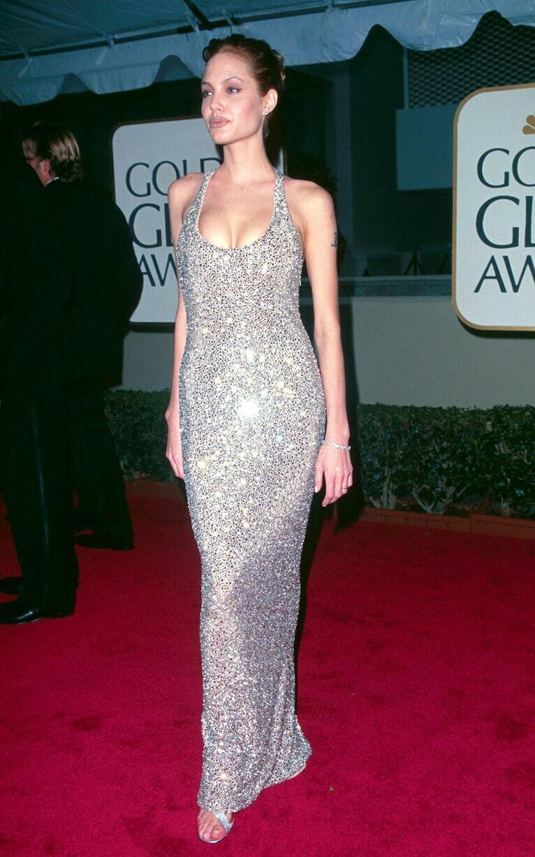 Ở lễ trao giải Quả Cầu Vàng 1999, Jolie quyến rũ người đối diện bằng đầm hai dây tối giản hở ngực của Randolph Ducke.