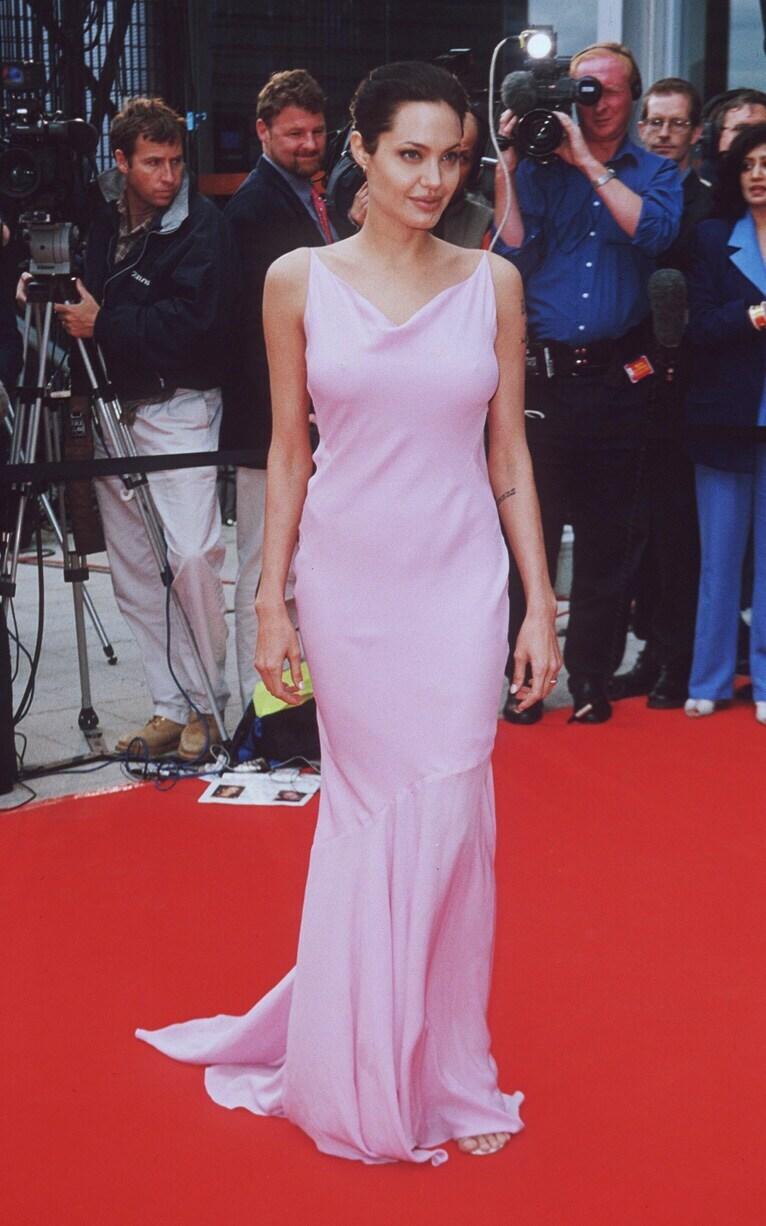 Cũng trong năm này, cô tiếp tục tỏa sáng trên thảm đỏ với mốt ngực trần cùng đầm tím ở lễ trao giảiBollywood Indian Film.