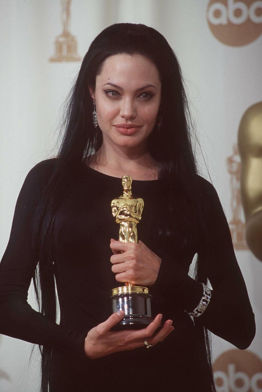 Tại lễ trao giải Oscar 2000, Jolie