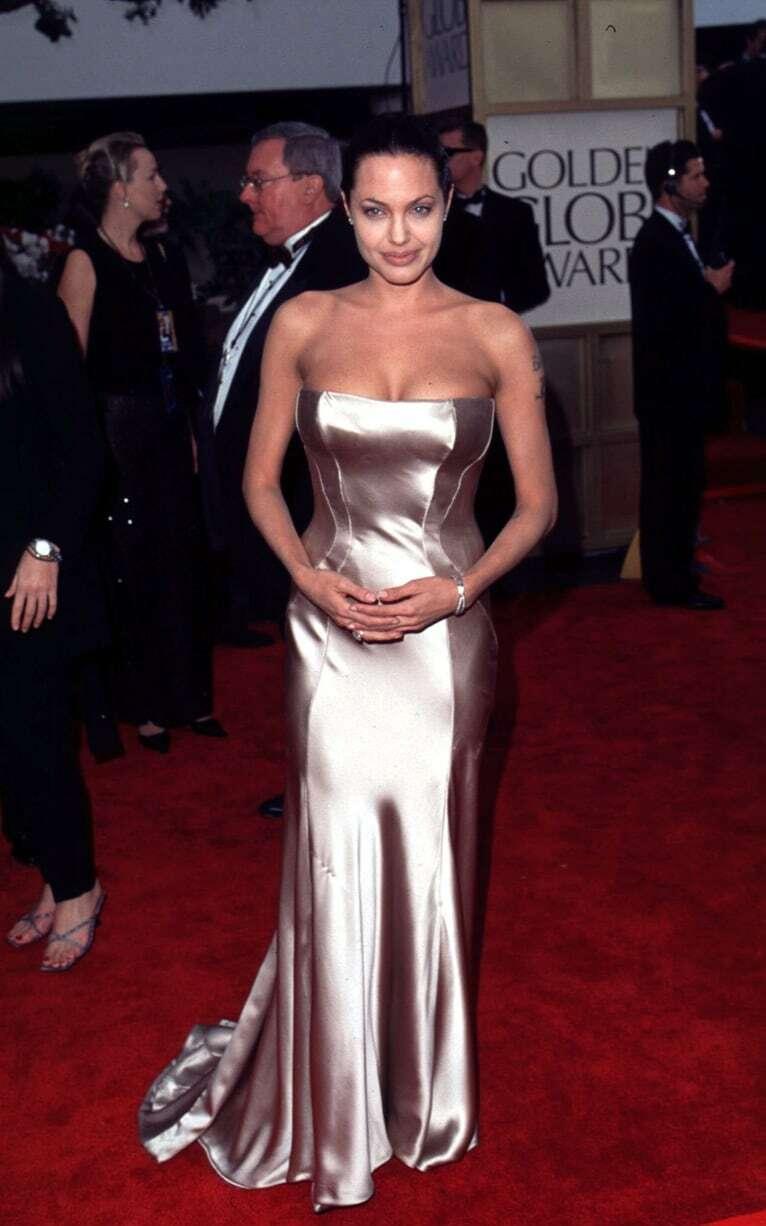 Jolie được tôn đường cong với đầm satin đuôi cá của Versace.