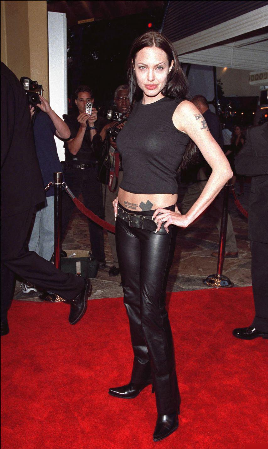 Ở thảm đỏ công chiếu Tomb Raider cùng năm, cô chọn phong cách thập niên 1990 với áo ngắn hở eo và quần da ống đứng, bốt cổ ngắn.