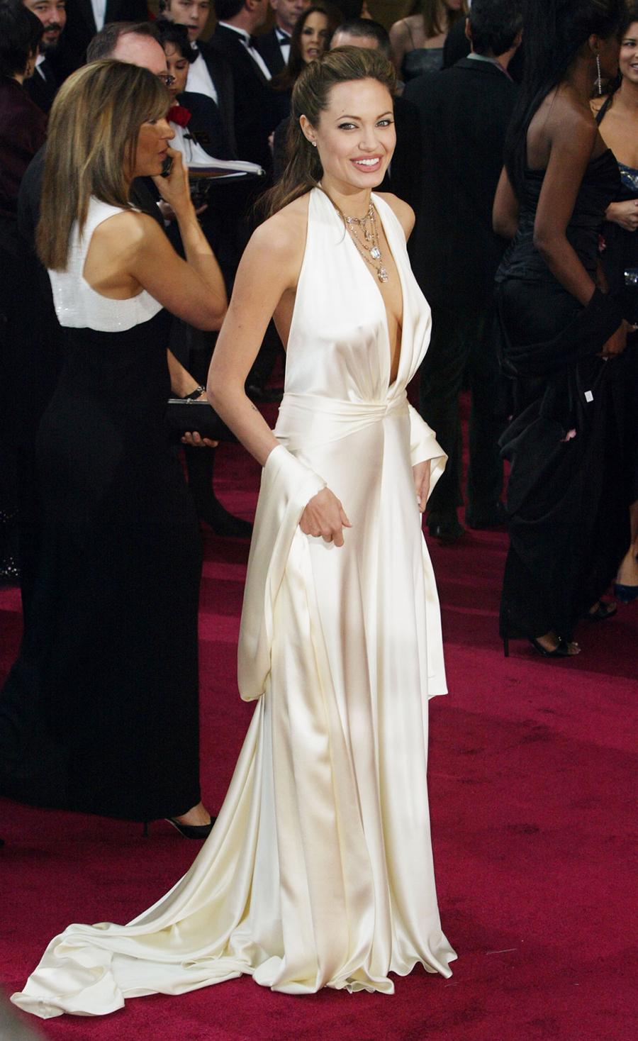 Đến dự Oscar 2004, người đẹp sinh năm 1975 chọn đầm satin xẻ ngực của Marc Bouwer,