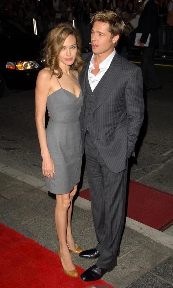 Cùng Brad Pitt tới dự liên hoan phim Toronto năm 2007, Jolie chọn đầm xám ngắn trên gối và giày cao gót cổ điển.
