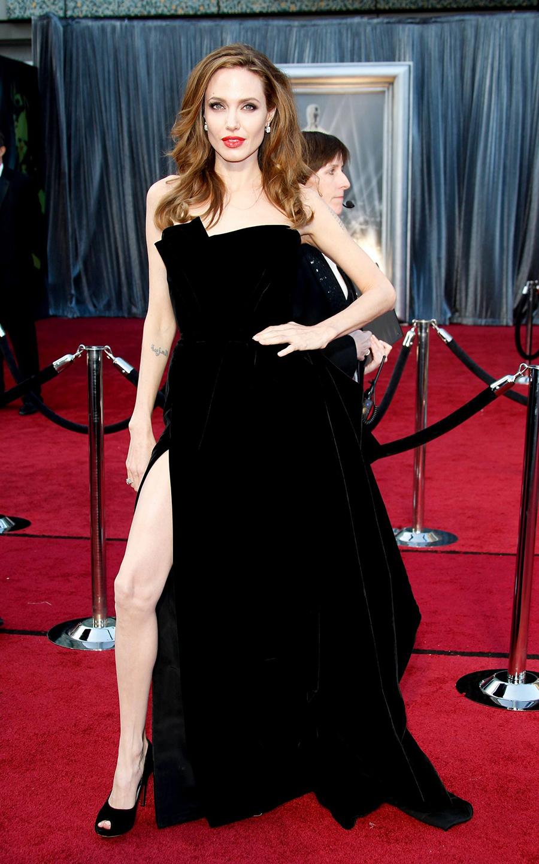 Khoảnh khắc đáng nhớ của Angelina Jolie ở Oscars 2012 với đầm xẻ đùi của Versace. Tư thế tạo dáng kinh điển của người đẹp trở thành đề tài được người hâm mộ bình luận sôi nổi và bắt chước.