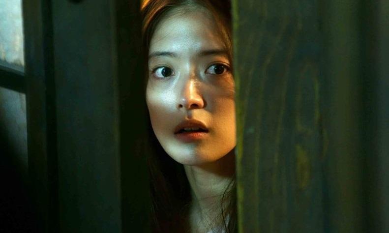 Nữ chính Lee Se Young mang vẻ đẹp mong manh, hợp với phim kinh dị. Ảnh: Lotte.