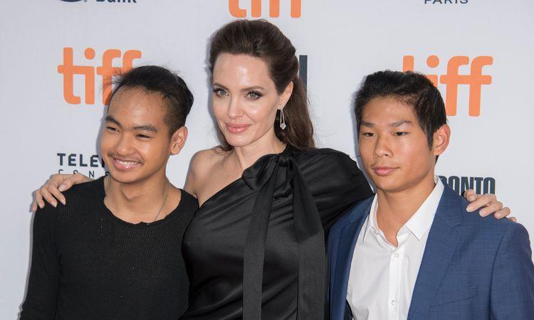 Angelina Jolie và hai con trai nuôi Maddox (trái), Pax Thiên. Ảnh: Filmmagic.