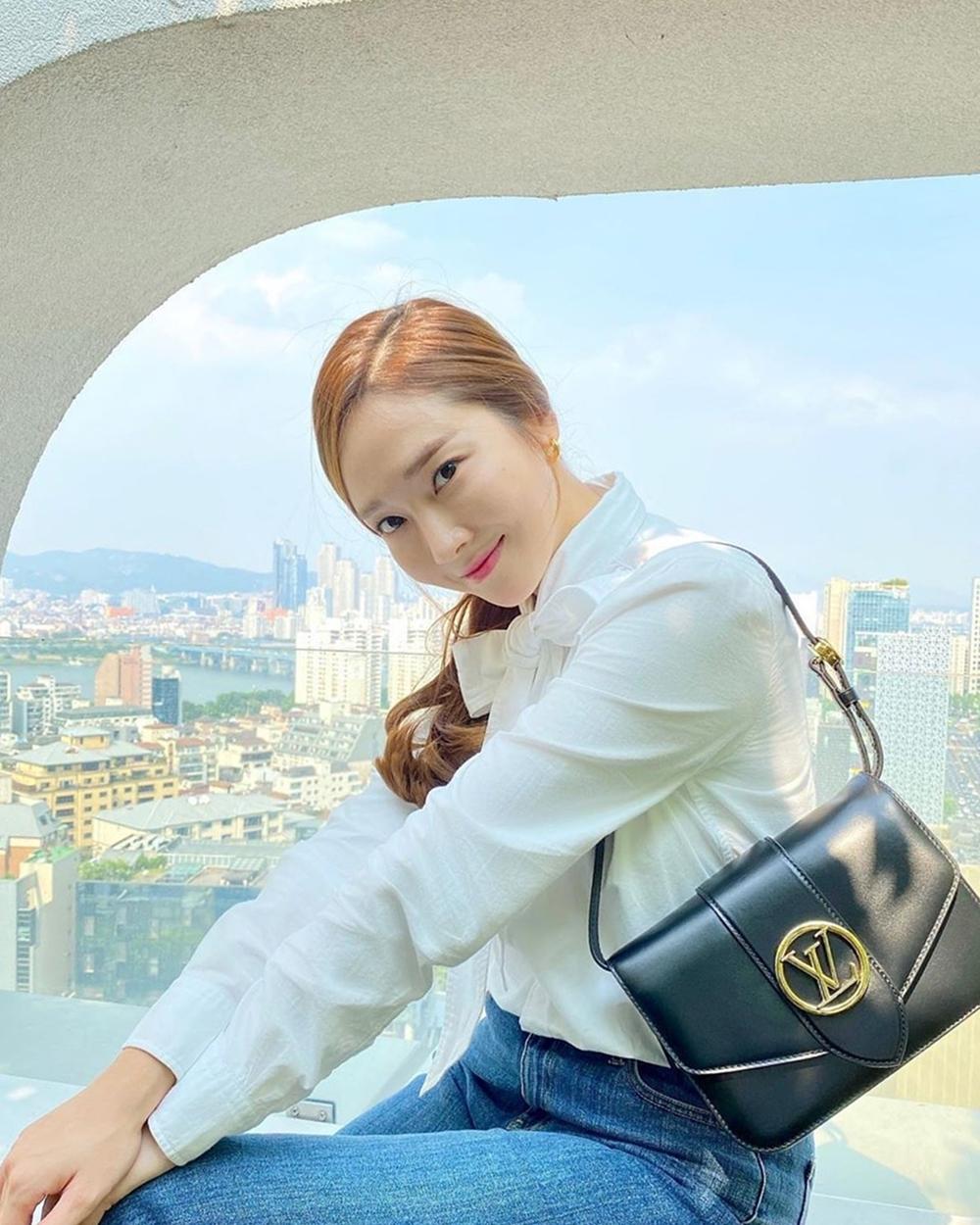 Cuối tháng 5, Jessica thu hút hơn 267.000 lượt thích khi khoe chiếc túiLV Pont 9 - dòng túi da mùa mới của Louis Vuitton. Nhà mốt đặt tên phụ kiện theo cây cầu Pont Neuf - công trình cổ và nổi tiếngnằm đối diện với trụ sở Louis Vuitton ở Paris (Pháp).