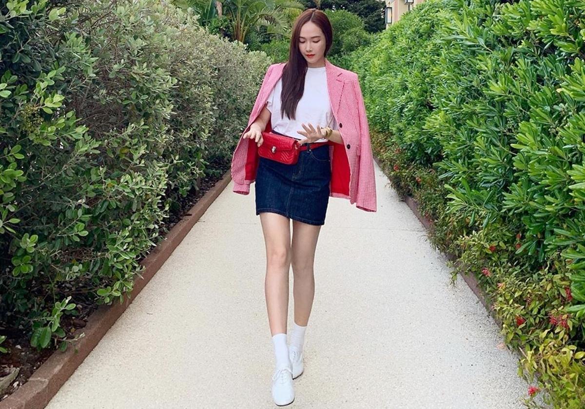 Jessica ghi điểm phong cách vớitúi đeo thắt lưng từBulgari (1.950 USD, hơn 45 triệu). Cô phốiphụ kiện vớiáo blazer họa tiết gingham đỏ trắng của Altuzarra, váy denim Blanc & Eclare Porthminster.