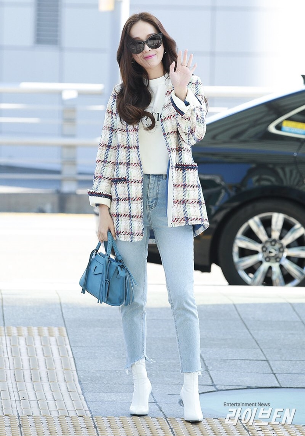 Tại sân bayđến Los Angeles (Mỹ), cô mang túi gam xanh da trời với chi tiết tua rua của hãngJoy Gryson.