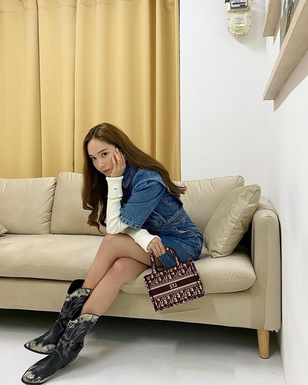 Trên trang cá nhân hồi tháng 2, Jessica khoe phong cách với mẫu túiThe Dior Book Tote cỡ nhỏ của hãng Dior. Phụ kiện phối ba màu (đỏ, xám, be), ghi điểm với họa tiết Oblique đặc trưng. Giá từ nhà sản xuất 1.950, có thể mix hài hòa với nhiều trang phục.