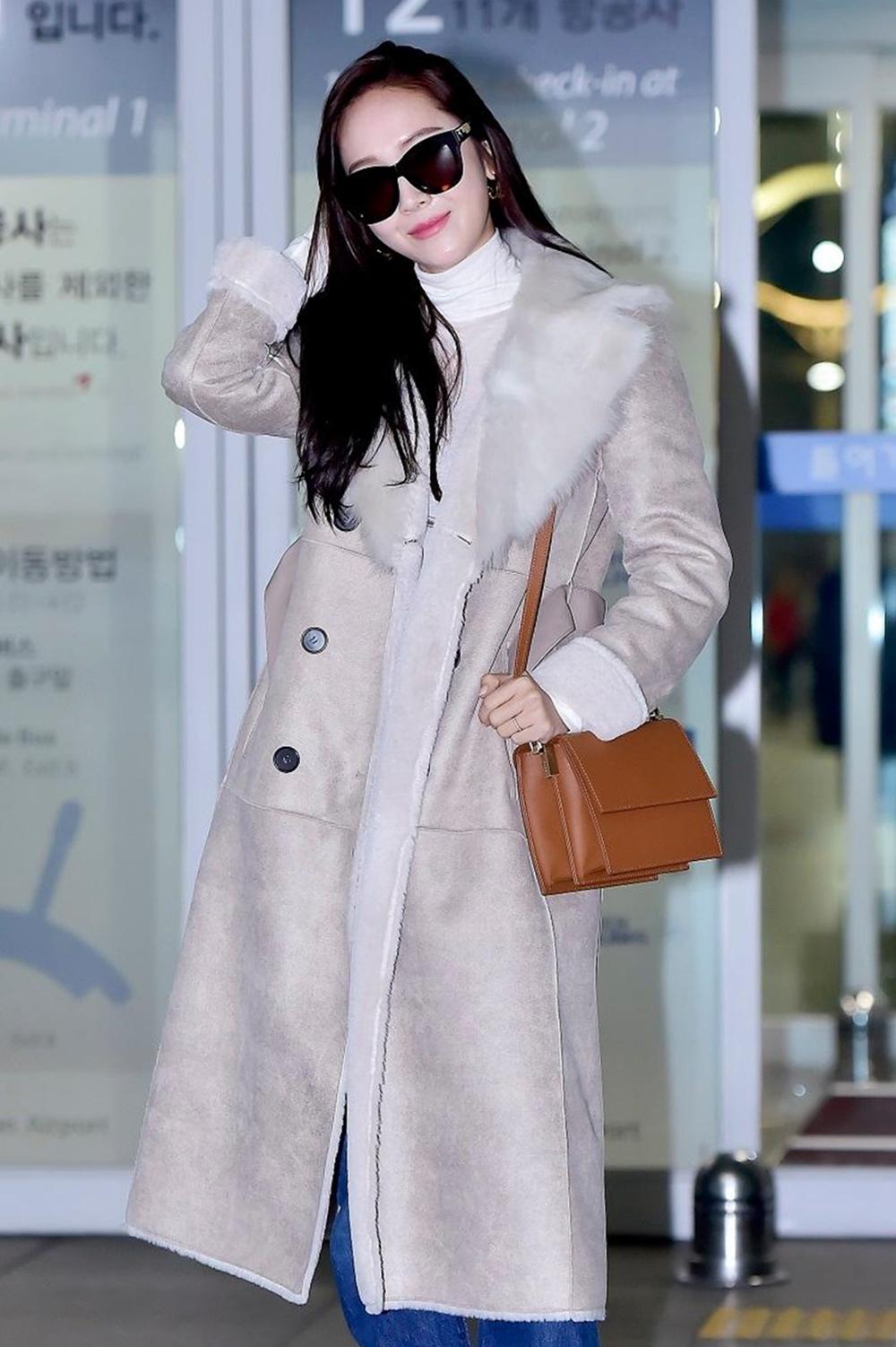 Jessica Jung sinh năm 1989, có 7,2 triệu lượt theo dõi. Nhờ vẻ ngoài lạnh lùng và thân hình chuẩn, cô trở thành một trong những thần tượng đắt show chụp hình tạp chí nhất Hàn Quốc. Jessica còn là biểu tượng thời trang quyến rũ. Cũng giống G-Dragon, phong cách của ca sĩ được nhiều cô gái trẻ học theo. Sau khi rời nhóm, cô tập trung kinh doanh thời trang và phát triển sự nghiệp solo.